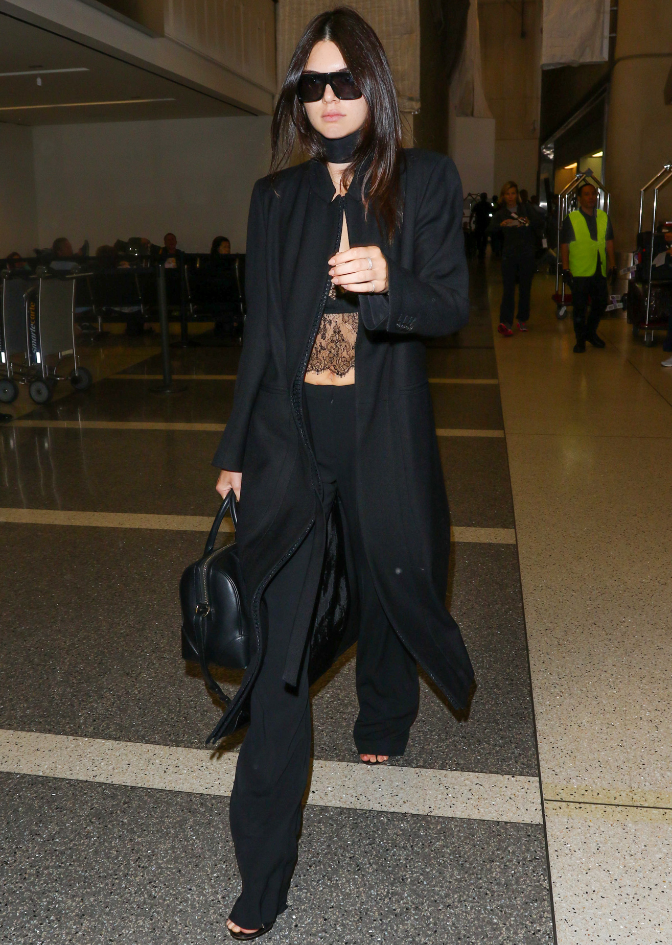 Kendall Jenner Arrives in Paris Wearing a <em>Très Chic</em> Monochromatic Ensemble