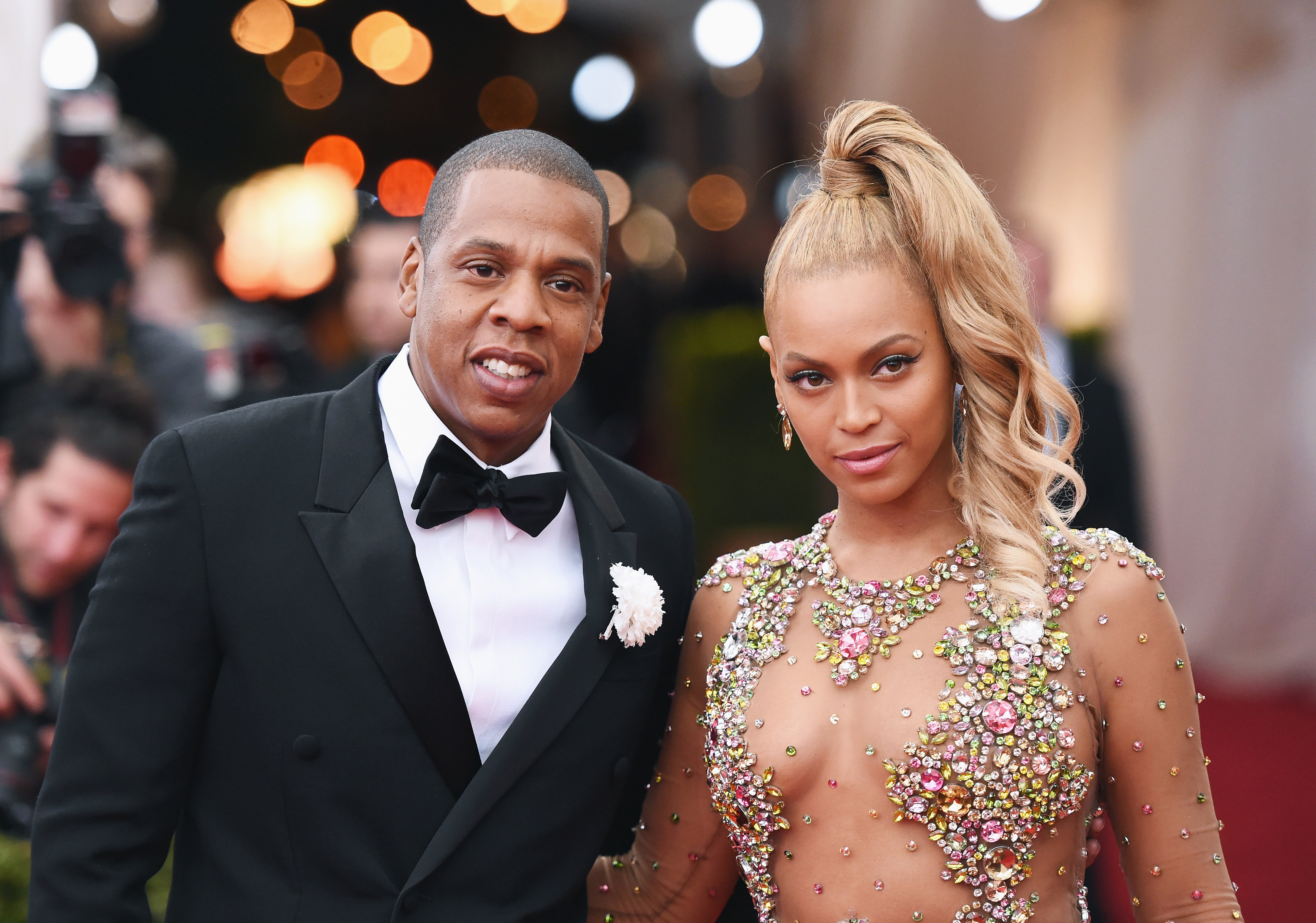 See Jay Z Affectionately Embrace Beyoncé in This Adorable Photo