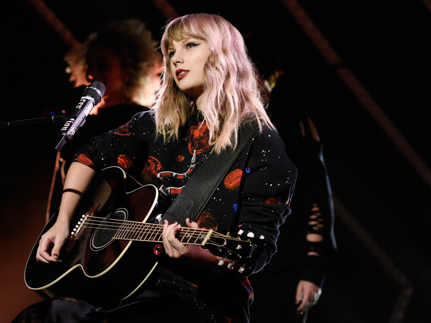 Taylor Swift's <em>Reputation</em> Debuts at No. 1 on Billboard 200