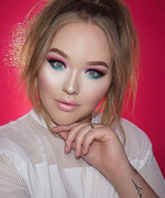 Vlogger Creates a Makeup Look with Palettes You Probs Had at Age 7