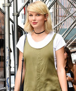 Taylor Swift Is Back to '90s Grunge Style While Strolling Through N.Y.C.