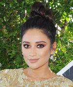 Shay Mitchell Turned a Manicure Into Pretty Little Liars Fan Art