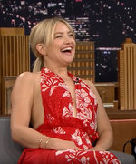 "Kate Hudson Shows Off Her Incredible Vocals Singing ""Hold On"" on The Tonight Show"