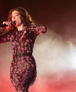 Lorde Just Showed Us the Cool Way to Rock Flowers at a Festival (Hint: It's Not a Crown)
