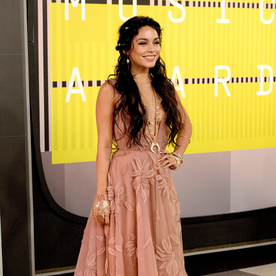 "Vanessa Hudgens Wears a Cast to the VMAs: ""I Fell and Broke a Finger"""