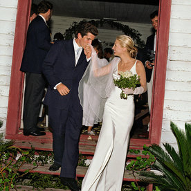 10 great wedding kisses instyle john f kennedy jr and carolyn bessette kennedy wedding kiss junglespirit Image collections
