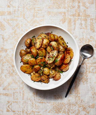 These Crispy Garlic and Lemon Potatoes Are Healthier Than You Think