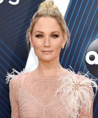 Jennifer Nettles Won the CMAs Red Carpet With a Naked Dress Covered in Ostrich Feathers