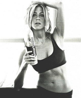 Aniston Shows Her Perfect Abs in New Ad