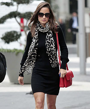 Pippa Middleton accessorises to the max!