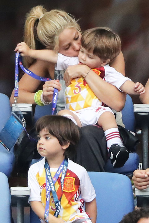 Shakira with kids at Soccer Game - Embed 2016