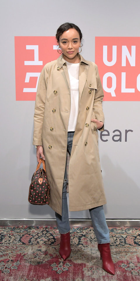 Ashley Madekwe gave us a casual, cool moment in a reversible J.W. Anderson x Uniqlo trench coat ($150; uniqlo.com ), asymmetric T-shirt ($15; uniqlo.com ), straight-leg jeans, red boots, and a Louis Vuitton bag.