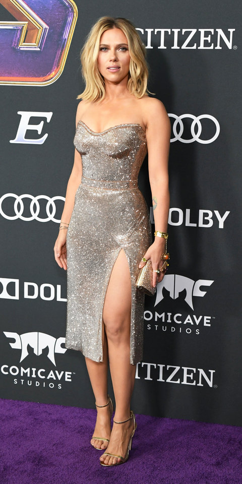 Scarlett Johansson looked absolutely gorgeous in a sparkly Versace gown, metallic sandals, and a matching clutch.