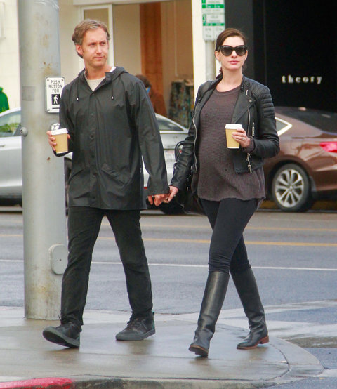 Anne Hathaway Outfits: Anne Hathaway's Growing Baby Bump