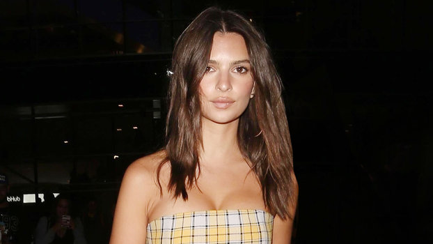 09950f2be82 Emily Ratajkowski Is a Total  60s Bombshell at L.A. Lakers Game ...