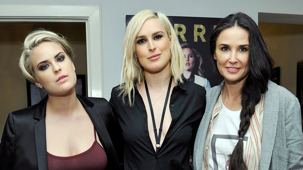 Demi Moore Sings Karaoke With Her Daughters For Tallulah