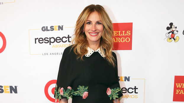 Julia Roberts Makes Roses Look Totally Chic On The Red