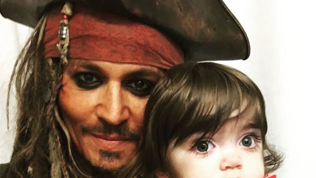 Johnny Depp Dresses as Jack Sparrow to Cheer Children's ... джонни депп