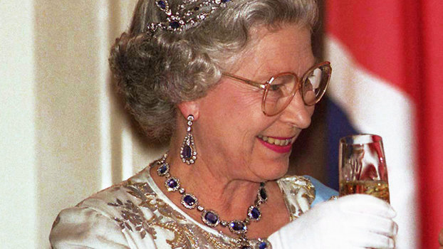Queen Hairstyles: Queen Elizabeth Finishes Every Day With A Glass Of