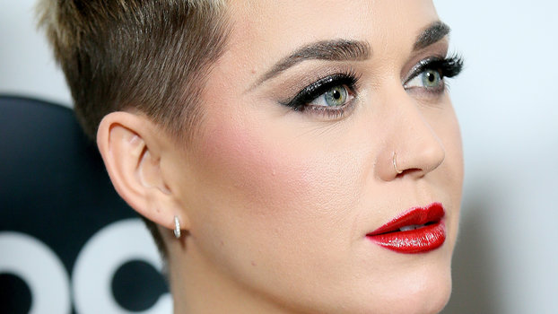 Get Katy Perry S Cat Eye And Red Lipstick Instyle Com