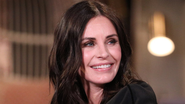 This Photo of Courteney Cox Jade Rolling in a Restaurant is Self-Care Epitomized