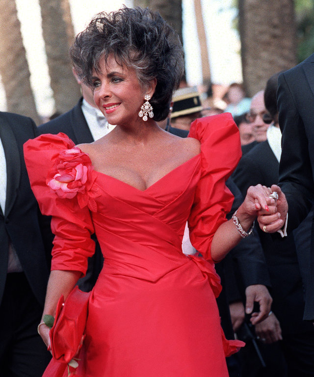 American actress Elizabeth Taylor poses during the 40th Cannes Film Festival on May 13, 1987.  AFP PHOTO DOMINIQUE FAGET (Photo credit should read DOMINIQUE FAGET/AFP/Getty Images)