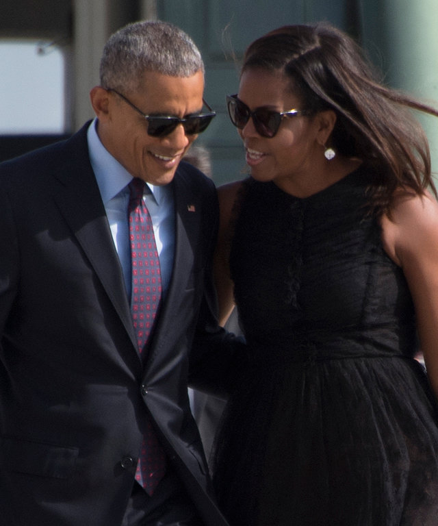 US President Barack Obama and First Lady Michelle Obama walk off Marine One at JFK International Airport in New York on September 21, 2016.  / AFP / JIM WATSON        (Photo credit should read JIM WATSON/AFP/Getty Images)