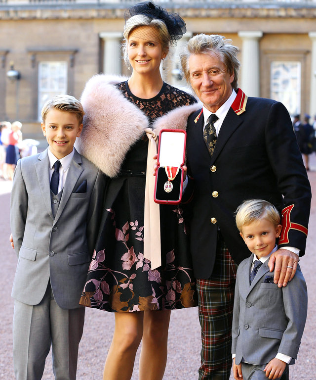 LONDON, ENGLAND - OCTOBER 11:  Sir Rod Stewart  with his wife, Penny Lancaster and children Alastair and Aiden after he received his knighthood in recognition of his services to music and charity at Buckingham Palace on October 11, 2016 in London, England