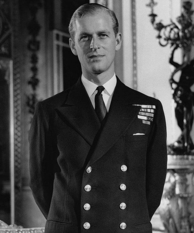 LONDRES, ROYAUME-UNI - OCTOBRE: Le Lieutenant Philip Mountbatten dans la White Drawing Room a Buckingham Palace en octobre 1947 a Londres, Royaume-Uni.  (Photo by Keystone-France\Gamma-Rapho via Getty Images)