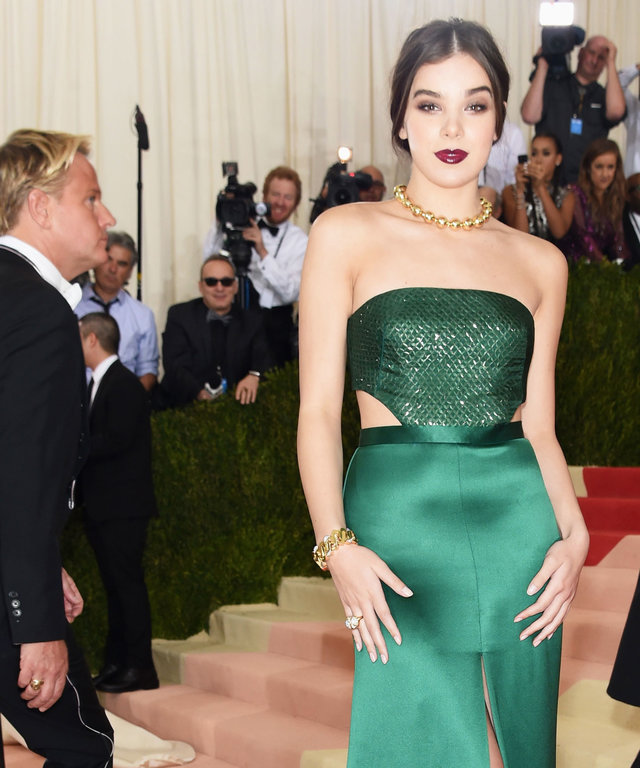 """NEW YORK, NY - MAY 02:  Actress Hailee Steinfeld attends the """"Manus x Machina: Fashion In An Age Of Technology"""" Costume Institute Gala at Metropolitan Museum of Art on May 2, 2016 in New York City.  (Photo by Jamie McCarthy/FilmMagic)"""