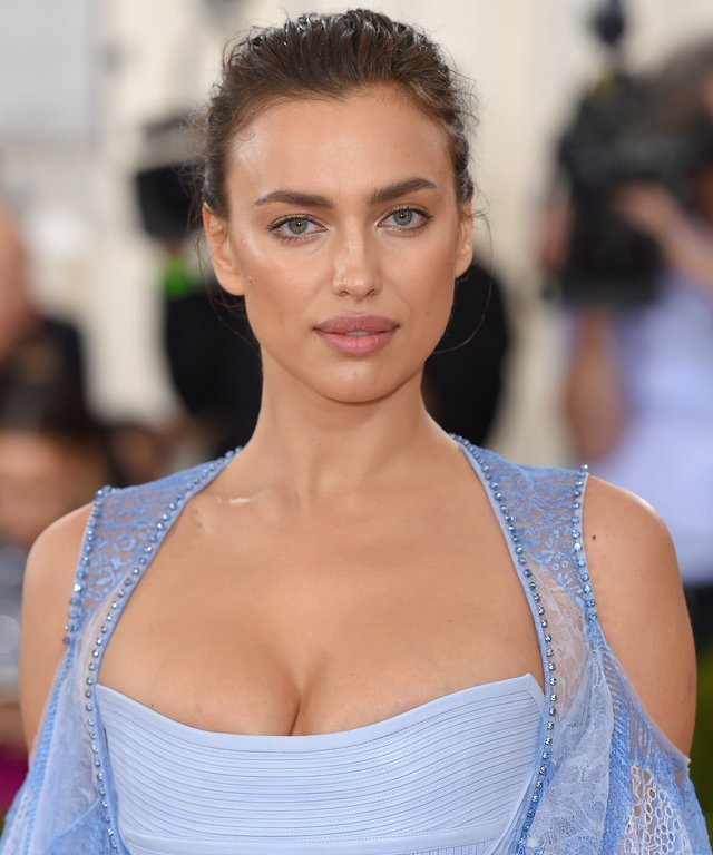 """Irina Shayk arrives for the """"Manus x Machina: Fashion In An Age Of Technology"""" Costume Institute Gala."""