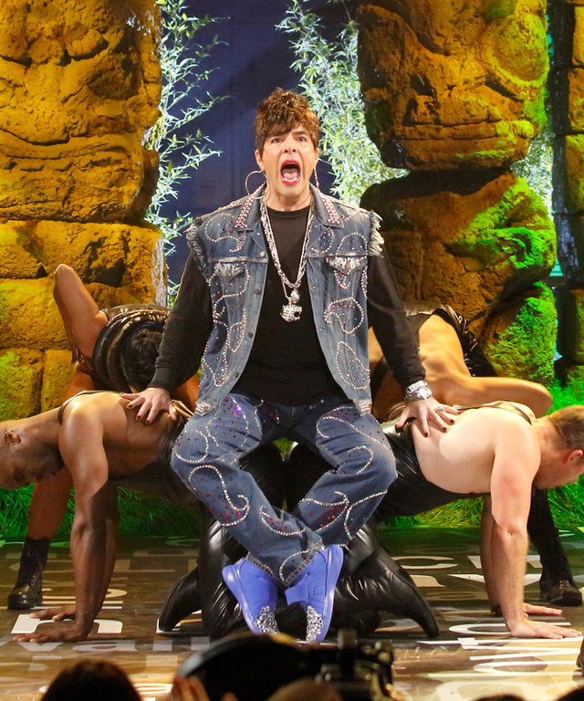 Zachary Quinto  Gets His Freak On  For Lip Sync Battle