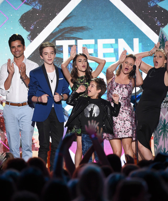 Writer/producer Jeff Franklin and actors John Stamos, Michael Campion, Soni Nicole Bringas, Elias Harger, Andrea Barber, Jodie Sweetin and Jodie Sweetin accept the Choice TV Comedy award for 'Fuller House' onstage during Teen Choice Awards 2016 at The For