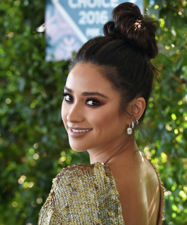 INGLEWOOD, CA - JULY 31:  Actress Shay Mitchell arrives at the Teen Choice Awards 2016 at The Forum on July 31, 2016 in Inglewood, California.  (Photo by Axelle/Bauer-Griffin/FilmMagic)