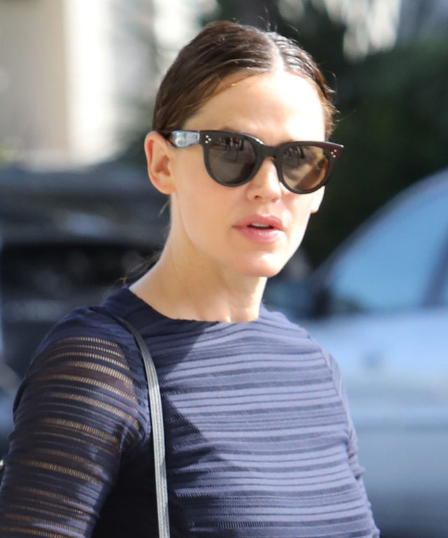 Brentwood, CA - Brentwood, CA - Actress, Jennifer Garner, is seen arriving to early morning Church service in Brentwood with her three kiddos, Samuel, Violet, and Seraphina.  AKM-GSI 11 SEPTEMBER 2016 To License These Photos, Please Contact : Maria Buda (