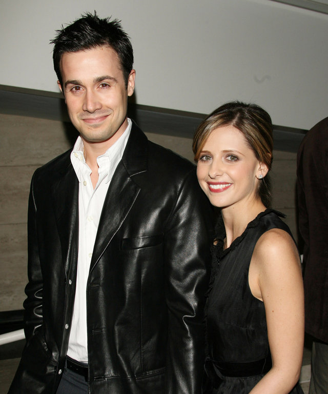 "Sarah Michelle Gellar Takes On the ""Love Your Spouse Challenge"" with Photos of Husband Freddie Prinze Jr."