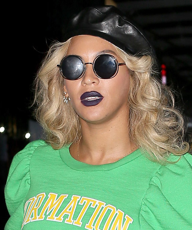 Beyoncé smiles wide as she leaves her Midtown office in New York City. The pop star diva wore a green Formation World Tour shirt with a black pencil skirt. She completed her look with a black leather beret, sunglasses and a 'Real' GucciGhost Totebag.