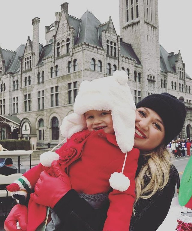 Kelly Clarkson and Her Daughter Snuggle Up at the Nashville Christmas Parade