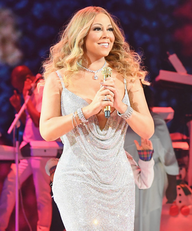 "Mariah Carey Is ""Such a Stage Mom"" Chasing Her Twins Around on Stage"