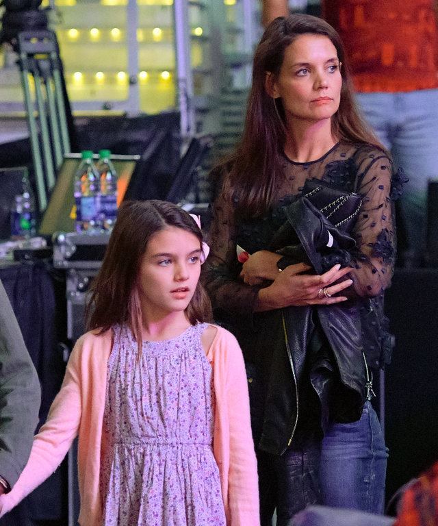 Suri Cruise and Katie Holmes attend a basketball game between the Detroit Pistons and the Los Angeles Lakers at Staples Center on January 15, 2017 in Los Angeles, California.