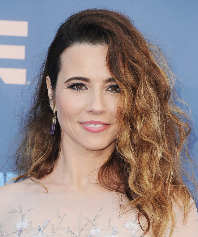 Actress Linda Cardellini arrives at The 22nd Annual Critics' Choice Awards at Barker Hangar on December 11, 2016 in Santa Monica, California.