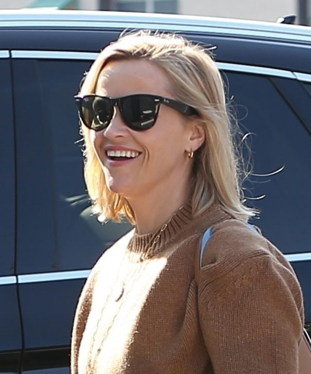 reese-witherspoon-anine-bing-oversized-cashmere-sweater
