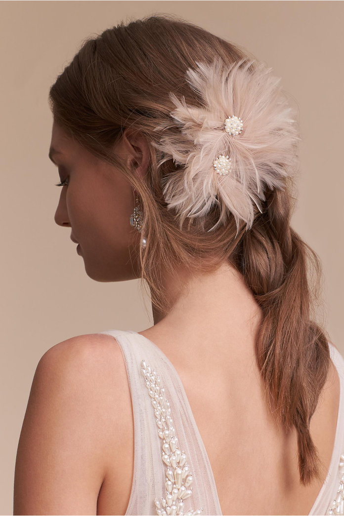 <p>FEATHERED FLOWERS CLIP</p>