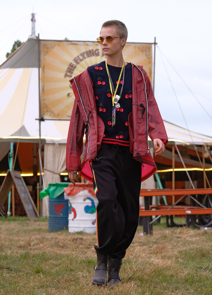 Cara going utiltarian on festival fashion in Hunter Originals coat and boots, 2017
