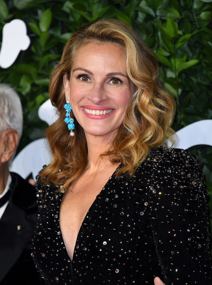 Ok, Wait — Julia Roberts Dressed *Just Like* Emily Ratajkowski Back in the '90s