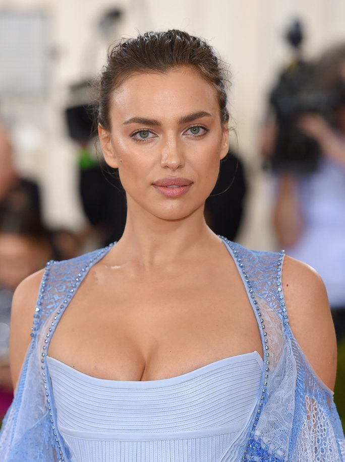 Irina Shayk arrives for the  Manus x Machina: Fashion In An Age Of Technology  Costume Institute Gala.