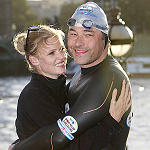 CUTE! Lara Stone congratulates hubby David Walliams for his Thames challenge!