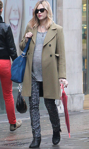 Pregnant Fearne Cotton works the printed trousers trend