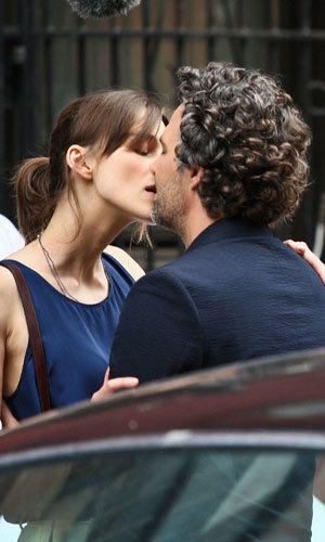 Keira Knightley and Mark Ruffalo kiss!