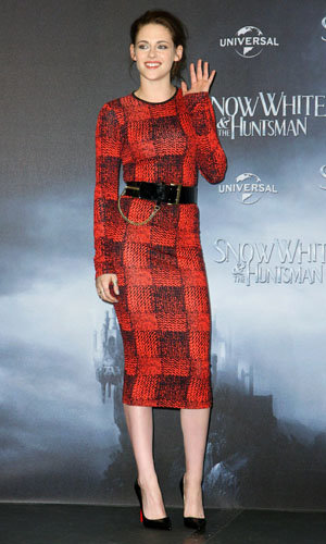 LATEST: Charlize Theron and Kristen Stewart at the Snow White photocall!